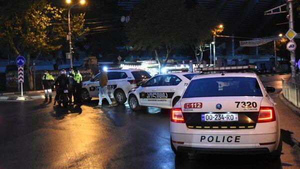 Funkcjonariusze policji na Cereteli Avenue w Tbilisi, gdzie uzbrojony mężczyzna, który włamał się do biura firmy pożytecznej, przetrzymuje dziewięć osób jako zakładników - Sputnik Polska