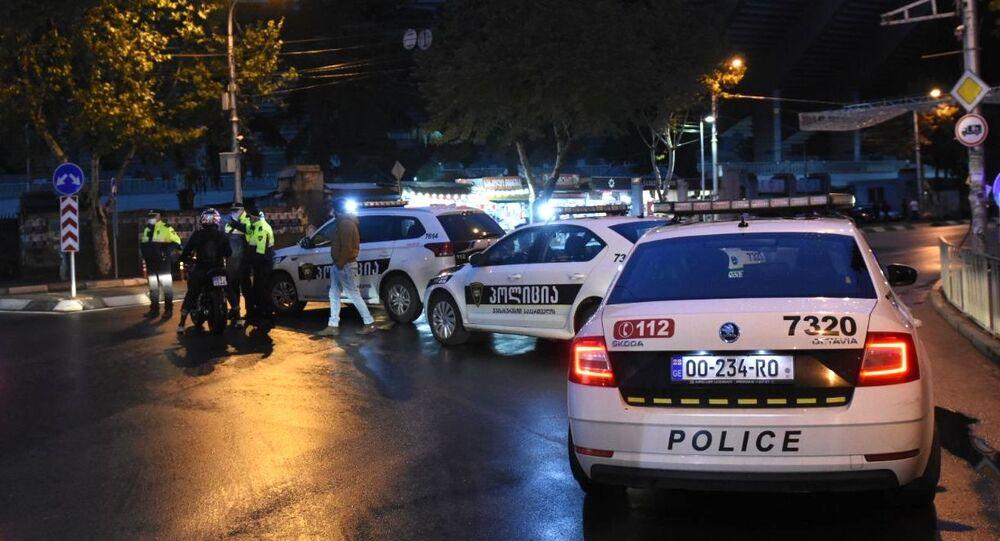 Funkcjonariusze policji na Cereteli Avenue w Tbilisi, gdzie uzbrojony mężczyzna, który włamał się do biura firmy pożytecznej, przetrzymuje dziewięć osób jako zakładników