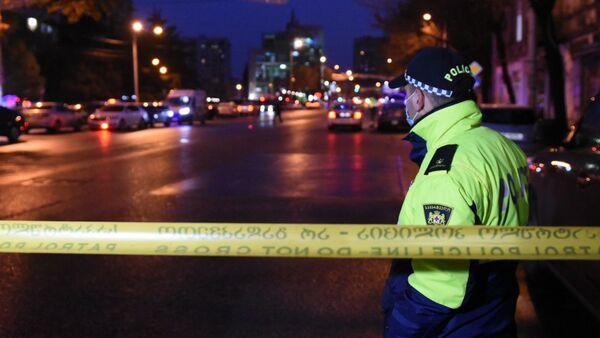 Funkcjonariusz policji w Cereteli Avenue w Tbilisi, gdzie uzbrojony mężczyzna, który włamał się do biura firmy pożyczkowej, przetrzymuje dziewięć osób jako zakładników - Sputnik Polska