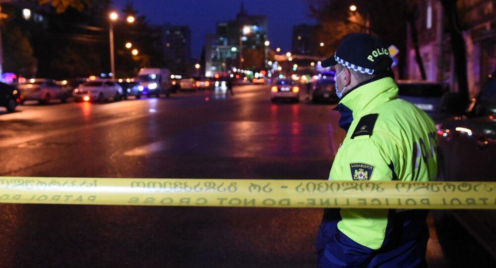 Funkcjonariusz policji w Cereteli Avenue w Tbilisi, gdzie uzbrojony mężczyzna, który włamał się do biura firmy pożyczkowej, przetrzymuje dziewięć osób jako zakładników.