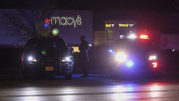 Policja przed centrum handlowym w stanie Wisconsin, gdzie doszło do strzelaniny - Sputnik Polska