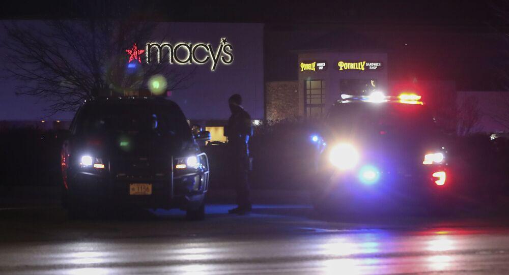 Policja przed centrum handlowym w stanie Wisconsin, gdzie doszło do strzelaniny.