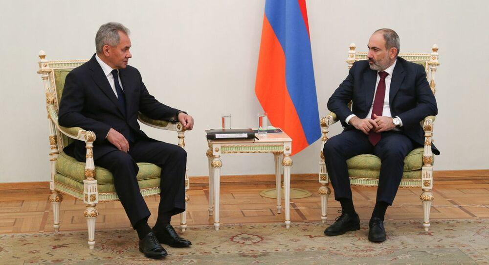 Minister obrony Rosji Siergiej Szojgu na spotkaniu z premierem Armenii Nikolem Paszinianem w Erywaniu.