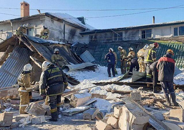 Ratownicy na miejscu eksplozji w kawiarni w stolicy Kazachstanu Nur-Sułtan.