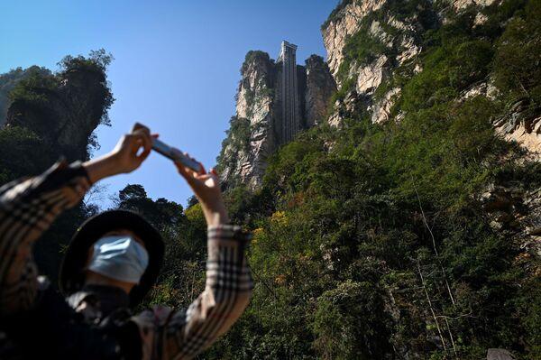 """Bailong Elevator, czyli """"Winda Stu Smoków"""" w chińskim Parku Narodowym Zhangjiajie - Sputnik Polska"""