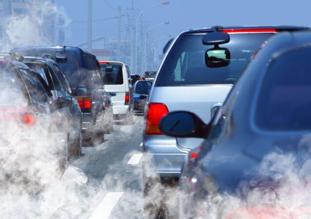 Spaliny z samochodów w korku