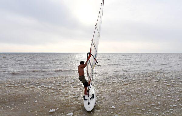 Windsurfer Aleksandr Orłow zamyka sezon na Zbiorniku Nowosybirskim - Sputnik Polska