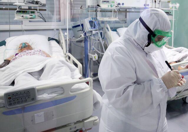 Pracownik medyczny na oddziale intensywnej terapii