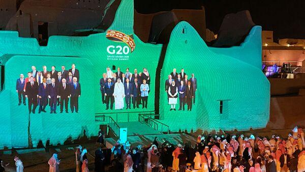 Projekcja zdjęcia grupowego z dorocznego szczytu przywódców G20 na Salwa Palace w At-Turaif, jednym z miejsc światowego dziedzictwa UNESCO w Arabii Saudyjskiej - Sputnik Polska