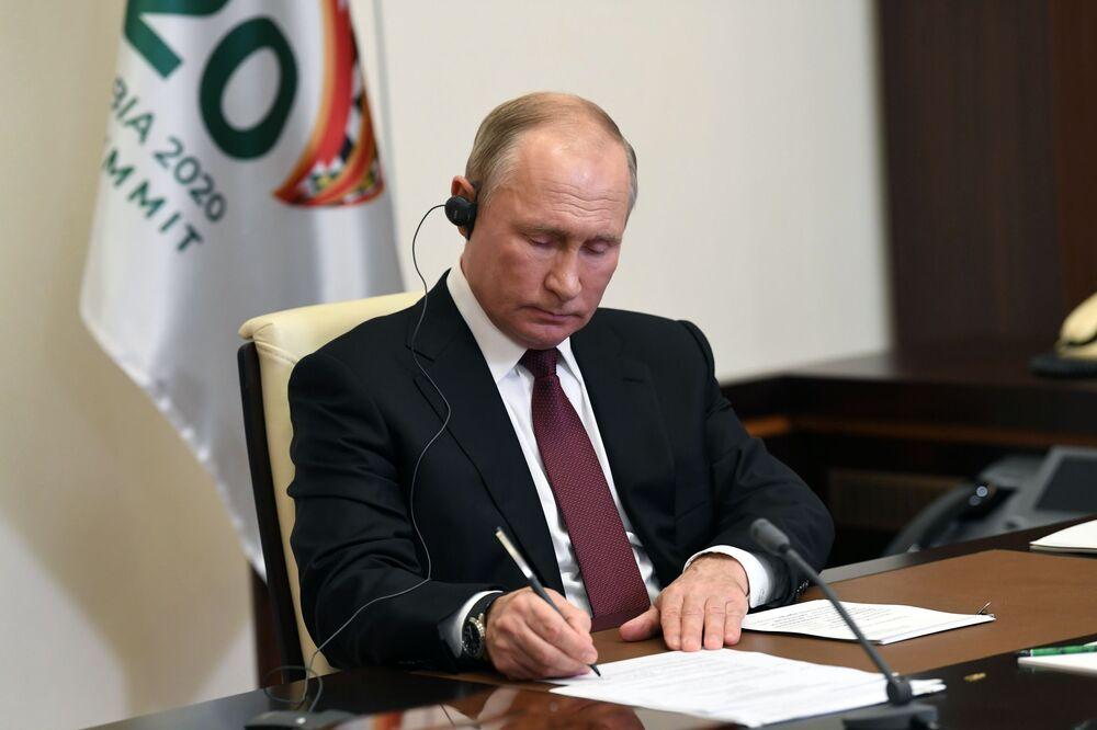 Prezydent Rosji Władimir Putin bierze udział w szczycie G20 w formacie wideokonferencji
