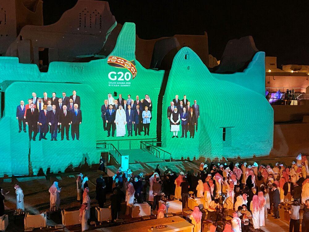 Projekcja zdjęcia grupowego z dorocznego szczytu przywódców G20 na Salwa Palace w At-Turaif, jednym z miejsc światowego dziedzictwa UNESCO w Arabii Saudyjskiej