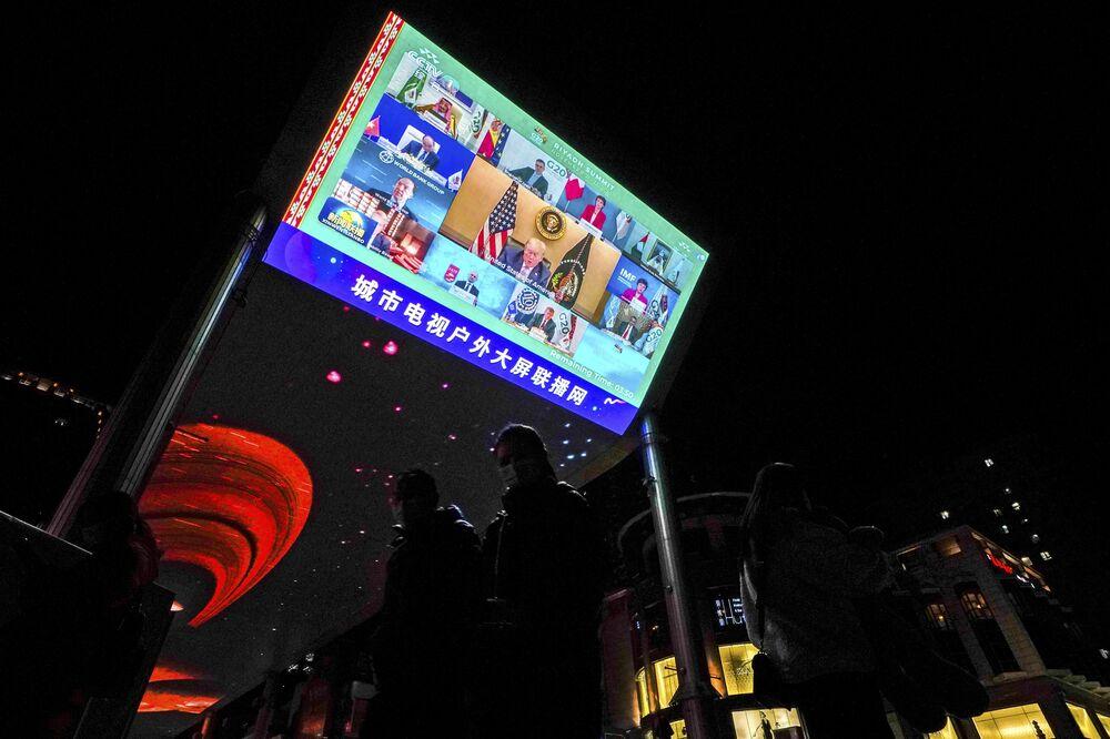 Ekran z transmisją szczytu G20 na ulicy w Pekinie