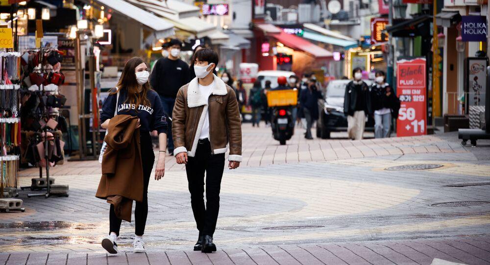 Piesi w maskach w Seulu