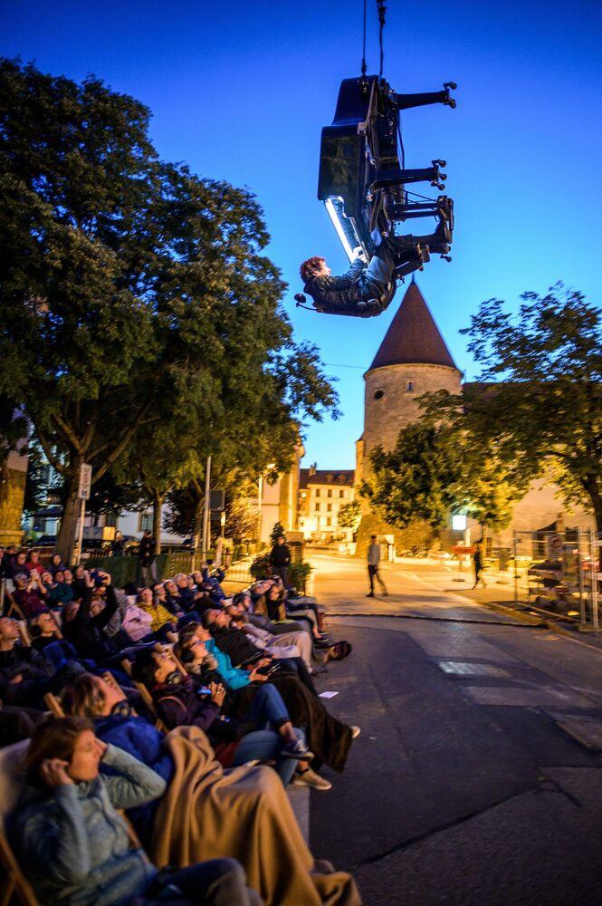 Szwajcarski pianista Alain Roche gra do góry nogami