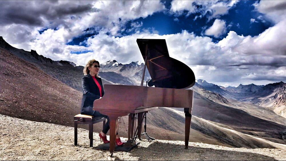 Evelina De Lain gra w Himalajach