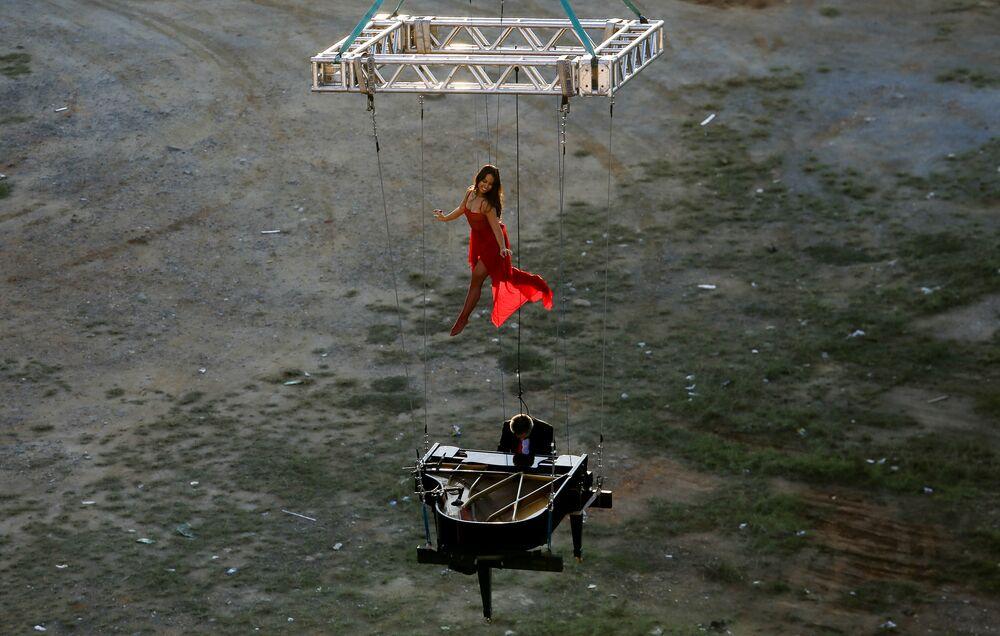 Brazylijski pianista Ricardo de Castro Monteiro występuje z baleriną w Sao Paolo