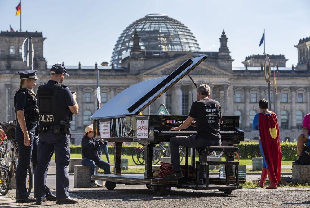 Pianista w ogrodzie naprzeciwko Reichstagu