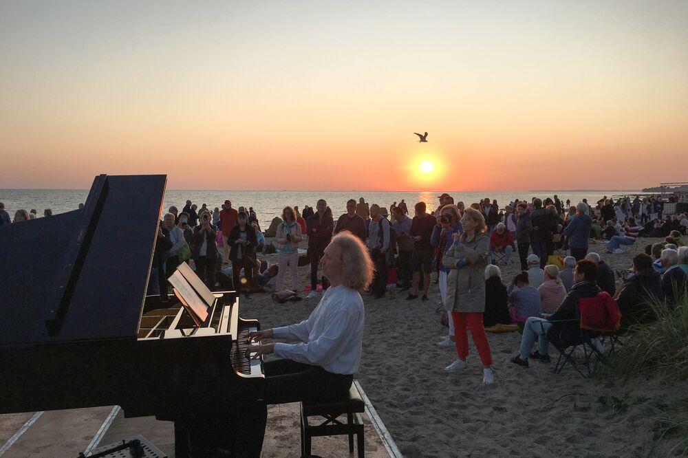 Pianista na plaży w Niemczech