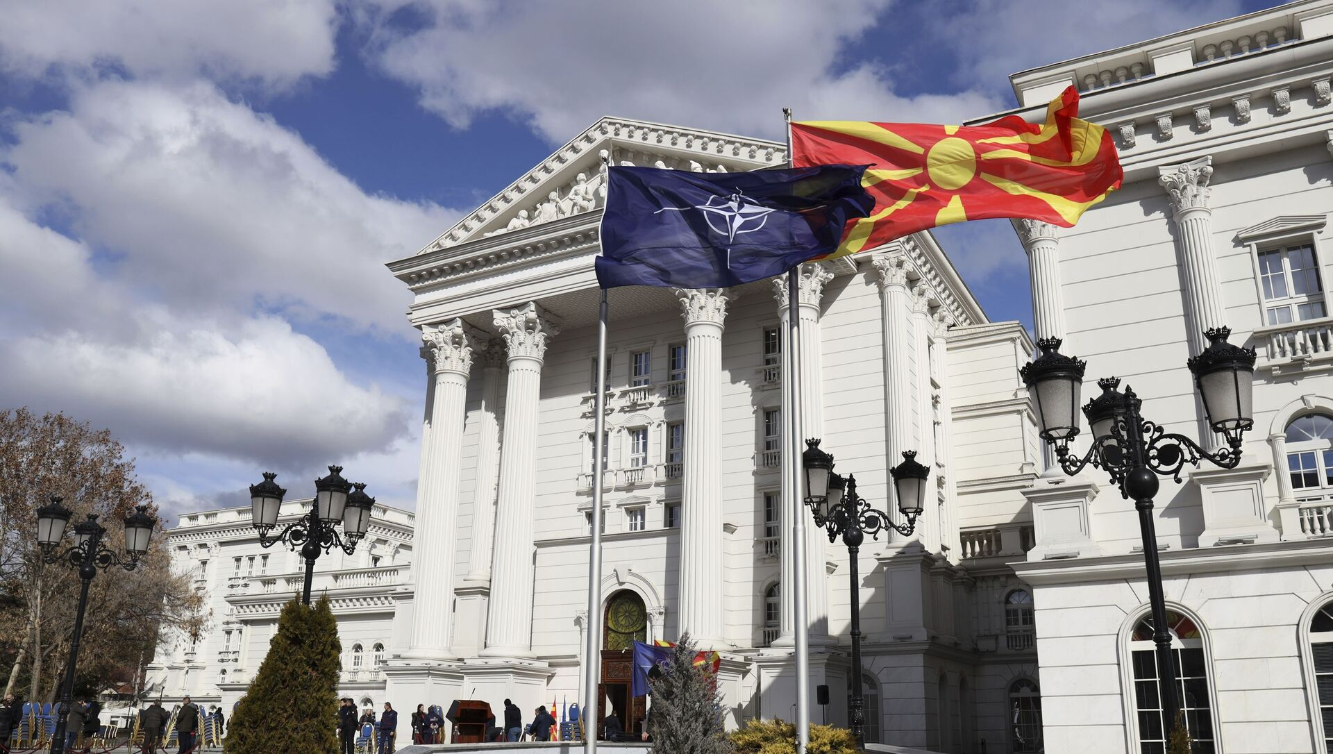 Flagi Macedonii i NATO przed budynkiem rządowym w Skopje - Sputnik Polska, 1920, 21.02.2021
