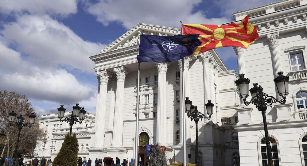 Flagi Macedonii i NATO przed budynkiem rządowym w Skopje