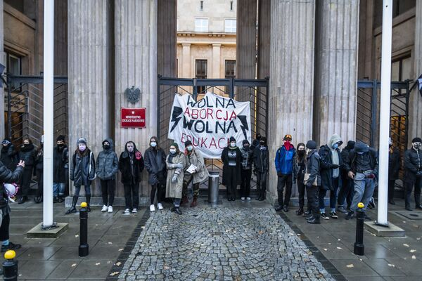 Protesty przed budynkiem Ministerstwa Edukacji Narodowej w Warszawie - Sputnik Polska