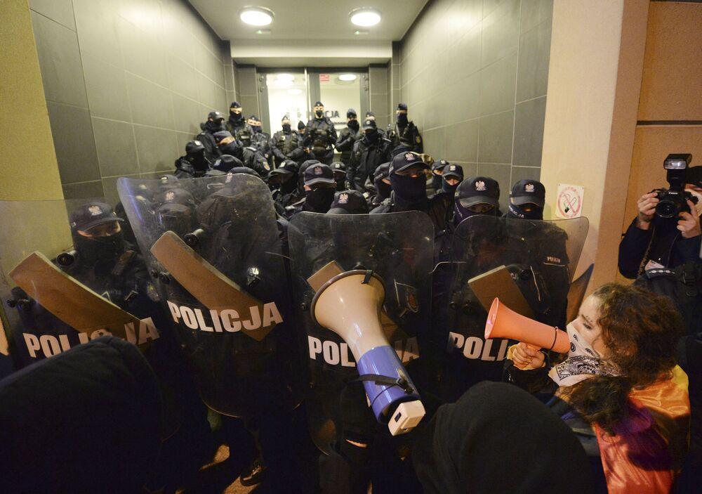 Protesty przed budynkiem Ministerstwa Edukacji Narodowej w Warszawie