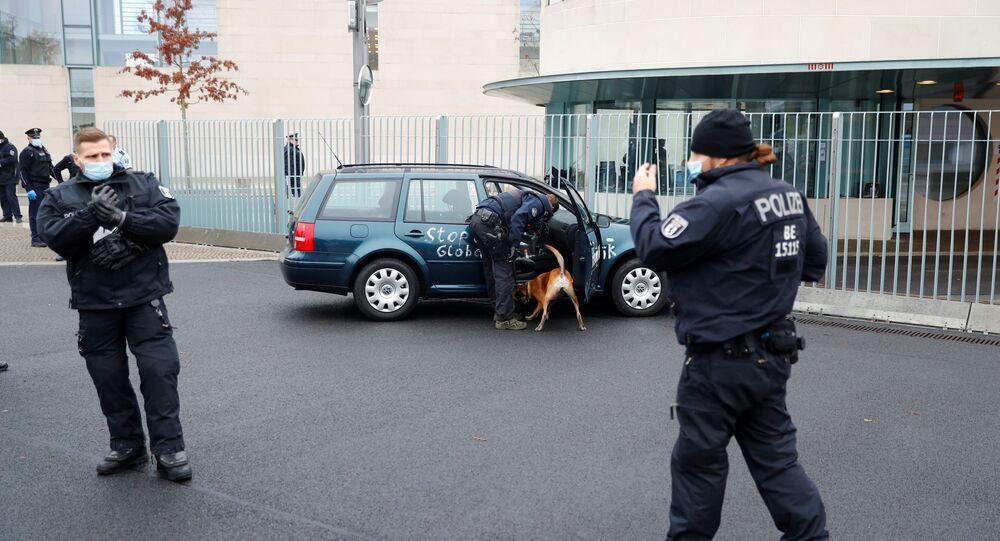 Samochód wjechał w bramę kancelarii Angeli Merkel.