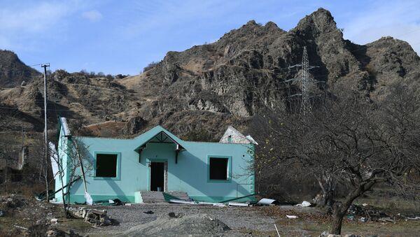 Zniszczony dom w miejscowości Kelbecer w Górskim Karabachu - Sputnik Polska