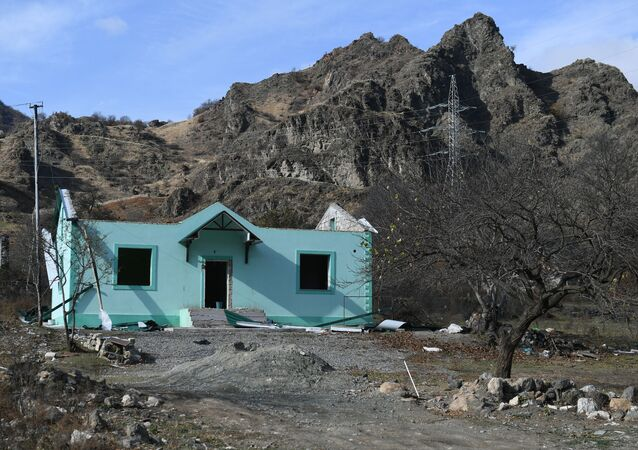 Zniszczony dom w miejscowości Kelbecer w Górskim Karabachu.
