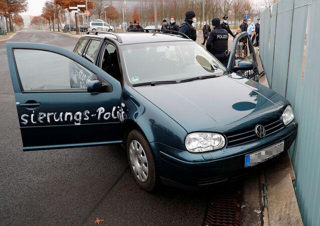Samochód uderzył w bramę biura kanclerz Niemiec Angeli Merkel w Berlinie.