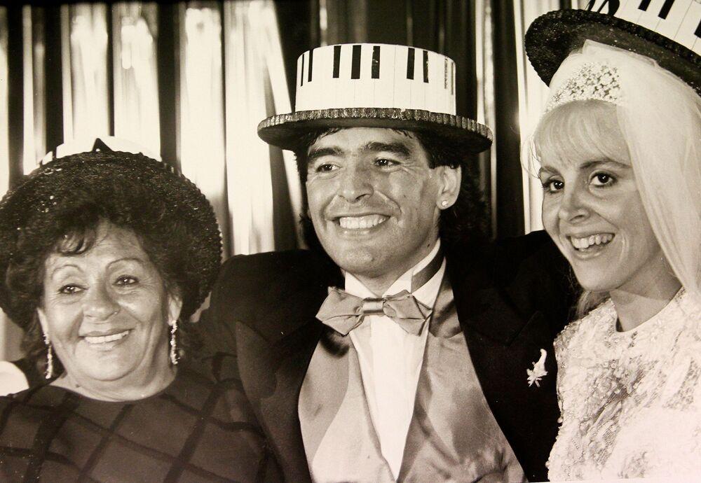 Diego Maradona z matką i żoną Klaudią, 1989 rok