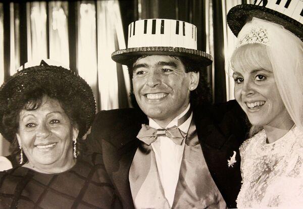 Diego Maradona z matką i żoną Klaudią, 1989 rok - Sputnik Polska