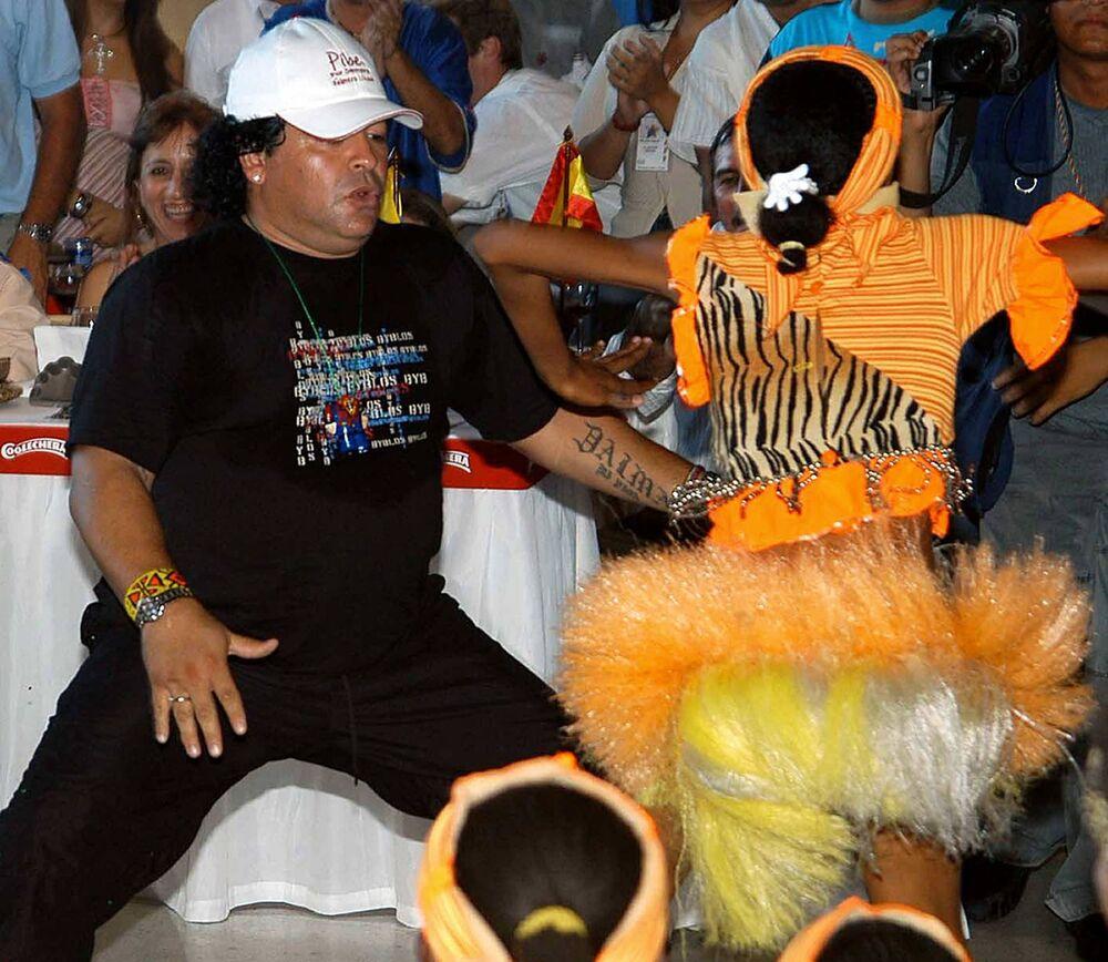 Diego Maradona na imprezie, 2004 rok