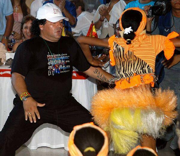 Diego Maradona na imprezie, 2004 rok - Sputnik Polska