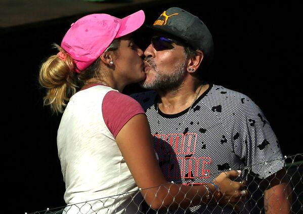 Diego Maradona z dziewczyną, 2017 rok - Sputnik Polska