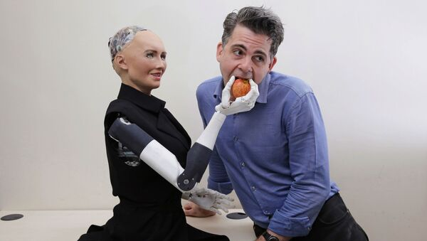 Dyrektor firmy Hanson Robotics David Hanson z robotem Sophią - Sputnik Polska