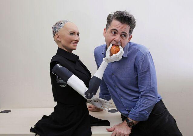 Dyrektor firmy Hanson Robotics David Hanson z robotem Sophią