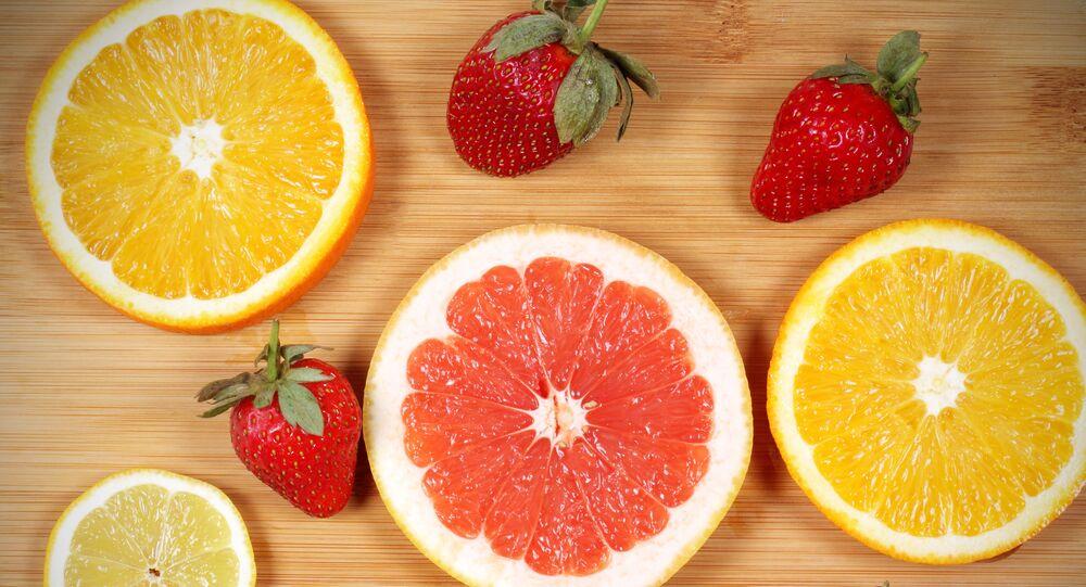 Pomarańcze, grejpfruty i truskawki.