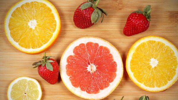 Pomarańcze, grejpfruty i truskawki.  - Sputnik Polska