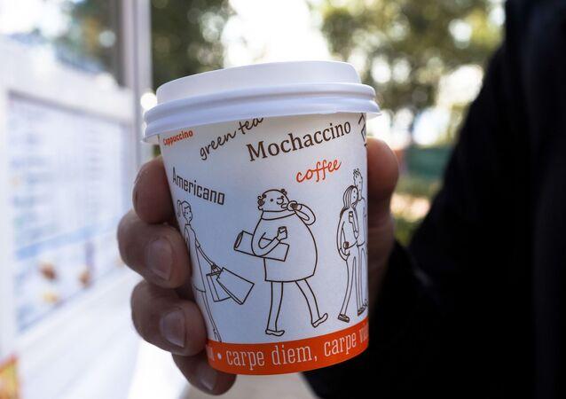 Kawa w jednorazowym kubku.