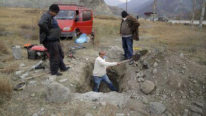 Mieszkańcy wsi Kelbajar wykopują trumnę ze zmarłym krewnym, aby wywieźć jego szczątki.