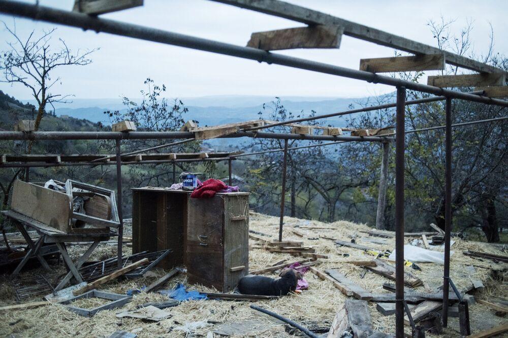 Zdemontowana szopa we wsi Karegach.