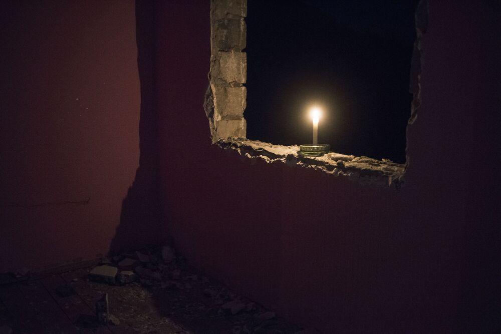 Świeca w otworze okiennym domu we wsi Karegach.