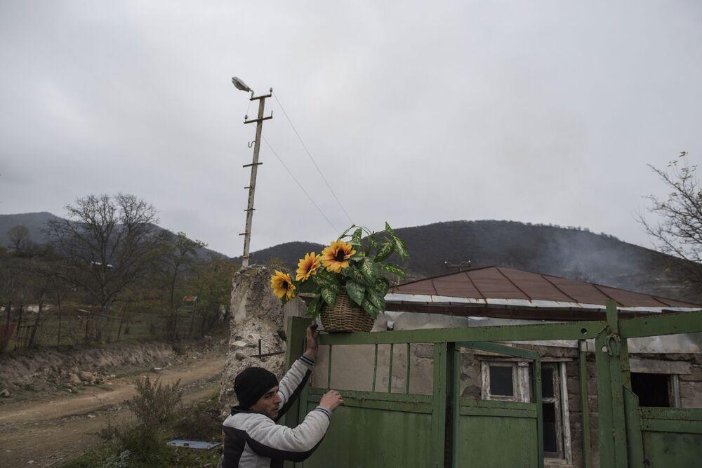 Mężczyzna we wsi Karegach.