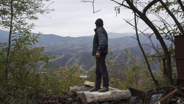 Mieszkaniec wsi Karegach patrzy na góry przed swoim domem - Sputnik Polska
