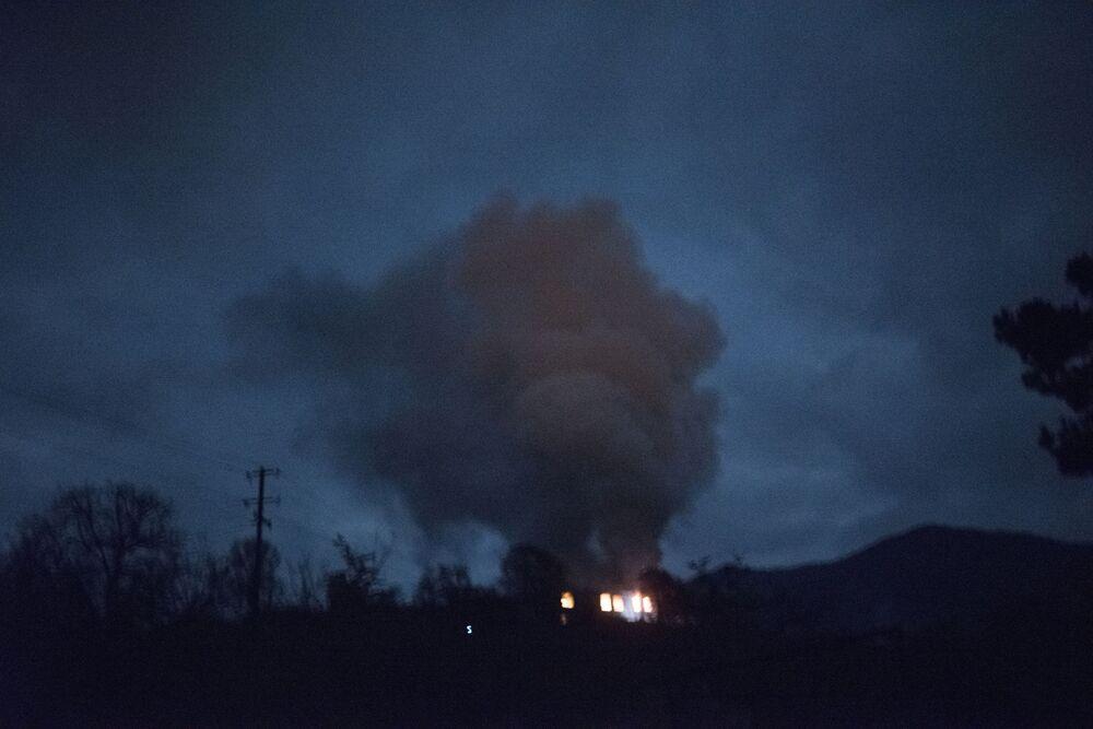Płonący dom we wsi Karegach.