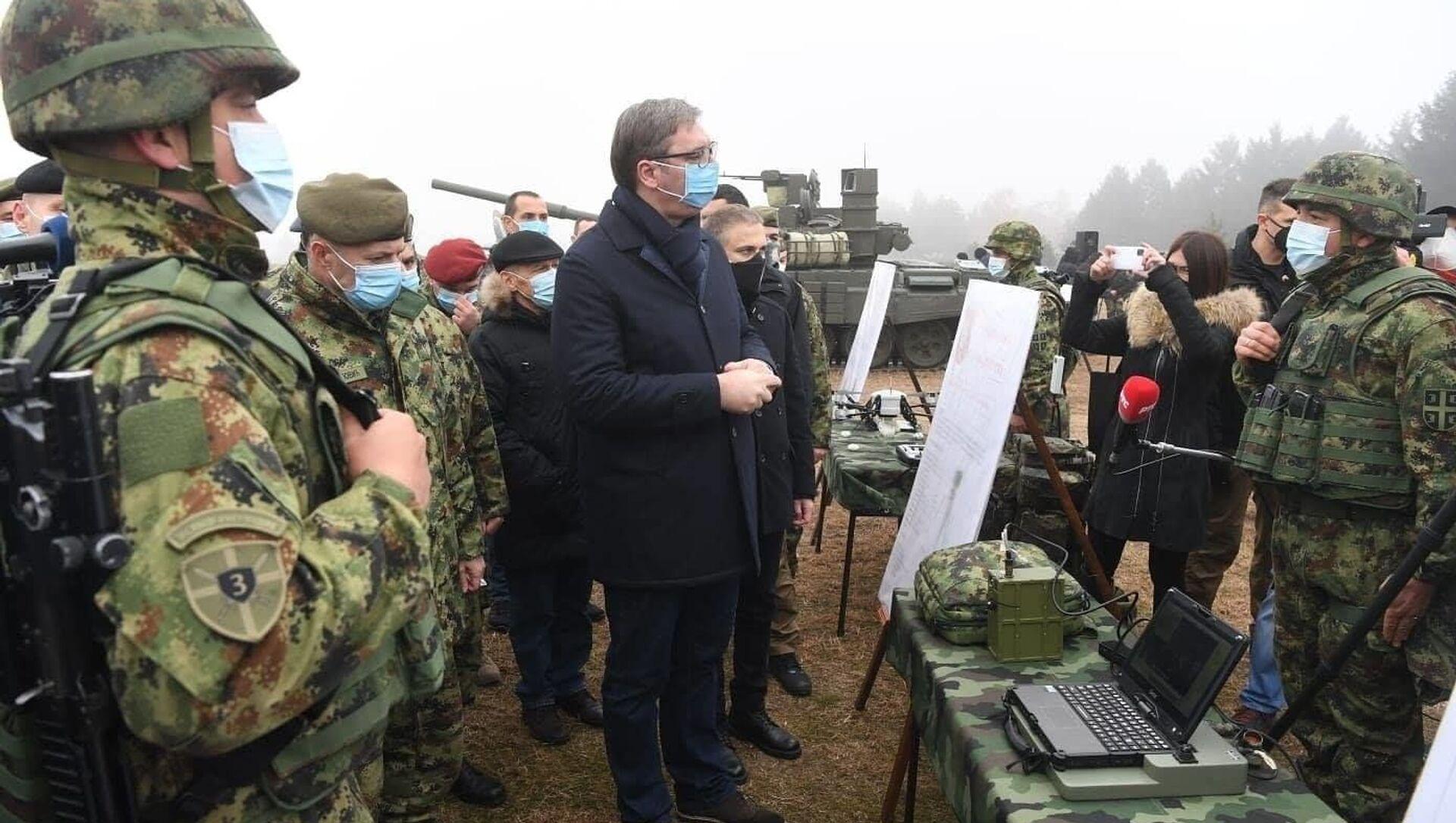 Prezydent Serbii Aleksandar Vučić podczas inspekcji czołgów T-72MS otrzymanych w ramach umowy o współpracy wojskowo-technicznej z Rosją. - Sputnik Polska, 1920, 23.05.2021