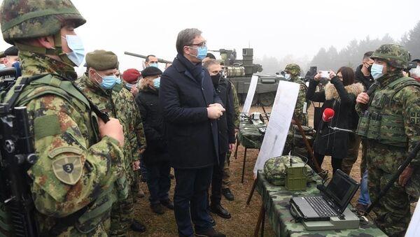 Prezydent Serbii Aleksandar Vučić podczas inspekcji czołgów T-72MS otrzymanych w ramach umowy o współpracy wojskowo-technicznej z Rosją. - Sputnik Polska