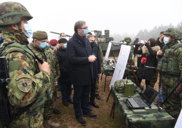 Prezydent Serbii Aleksandar Vučić podczas inspekcji czołgów T-72MS otrzymanych w ramach umowy o współpracy wojskowo-technicznej z Rosją.