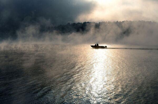 Łódź motorowa na wodach Jeniseju w Krasnojarskim Kraju - Sputnik Polska